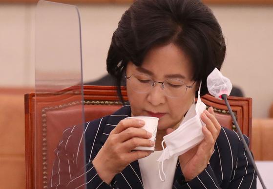 추미애 법무부 장관이 21일 서울 여의도 국회에서 열린 법제사법위원회 전체회의에 출석해 물을 마시고 있다. [뉴스1]