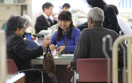 일본 사이타마현 하토야마(鳩山) 뉴타운에서 구청 직원이 노인 주민과 상담하고 있다. [중앙포토]