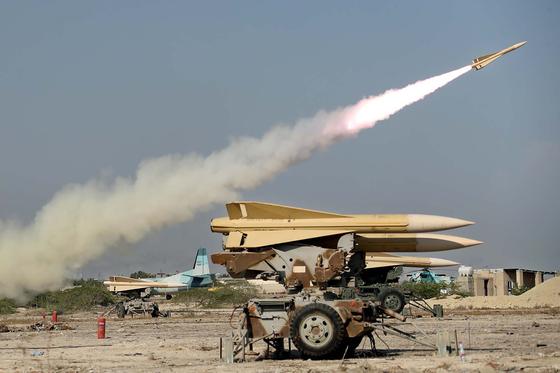 이란 호르무즈해협 인근에서 진행된 군사 훈련에서 이란군이 미사일을 시험 발사하고 있다. 사진은 지난 9월 10일 이란 군 공식 웹사이트에 게재됐다. [AFP=연합뉴스]