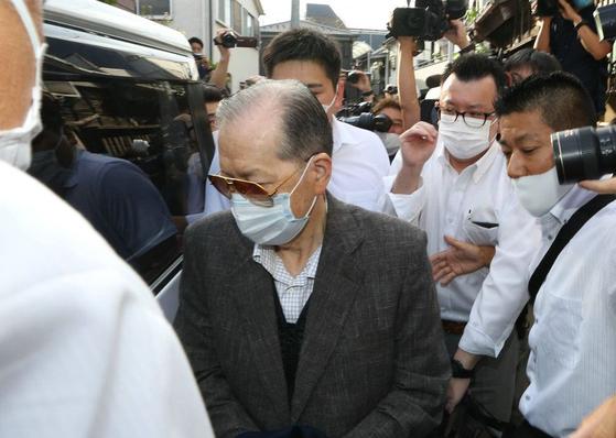 2조원 규모의 거대 사기를 친 혐의로 야마구치 다카요시 저팬 라이프 전 회장(가운데 선글라스 쓴 남성)이 지난 18일 구속됐다. 일본에 이어 홍콩에서도 사기를 친 것이 드러났다고 마이니치 신문이 19일 보도했다. [트위터]