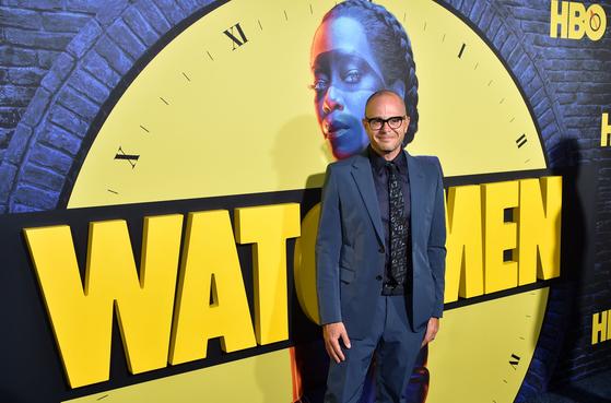'왓치맨'의 총괄 제작자 데이먼 린델로프가 지난해 10월 14일 할리우드 시네라마 돔에서 포즈를 취하고 있다.
