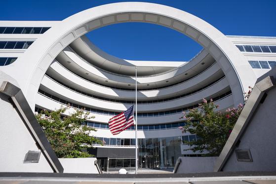 재무부 금융범죄단속네트워크(FinCen) 버지니아 청사 입구. 미국 인터넷 미디어 버즈피드와 국제탐사보도기자협회(ICIJ)는 1999~2017년 2조 달러(2300조원) 이상에 다르는 글로벌 은행들의 수상한 거래 신고 보고서 2100건을 분석한 내용을 공개했다.[EPA=연합뉴스]