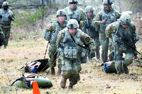카투사(KATUSA)는 주한 미군 부대에 배속된 한국군 병력이다. 외출·외박은 비교적 자유롭지만 휴가는 한국 육군 규정에 따라 엄격하다. 사진은 주한 미군과 함께 훈련하는 카투사. [연합뉴스]