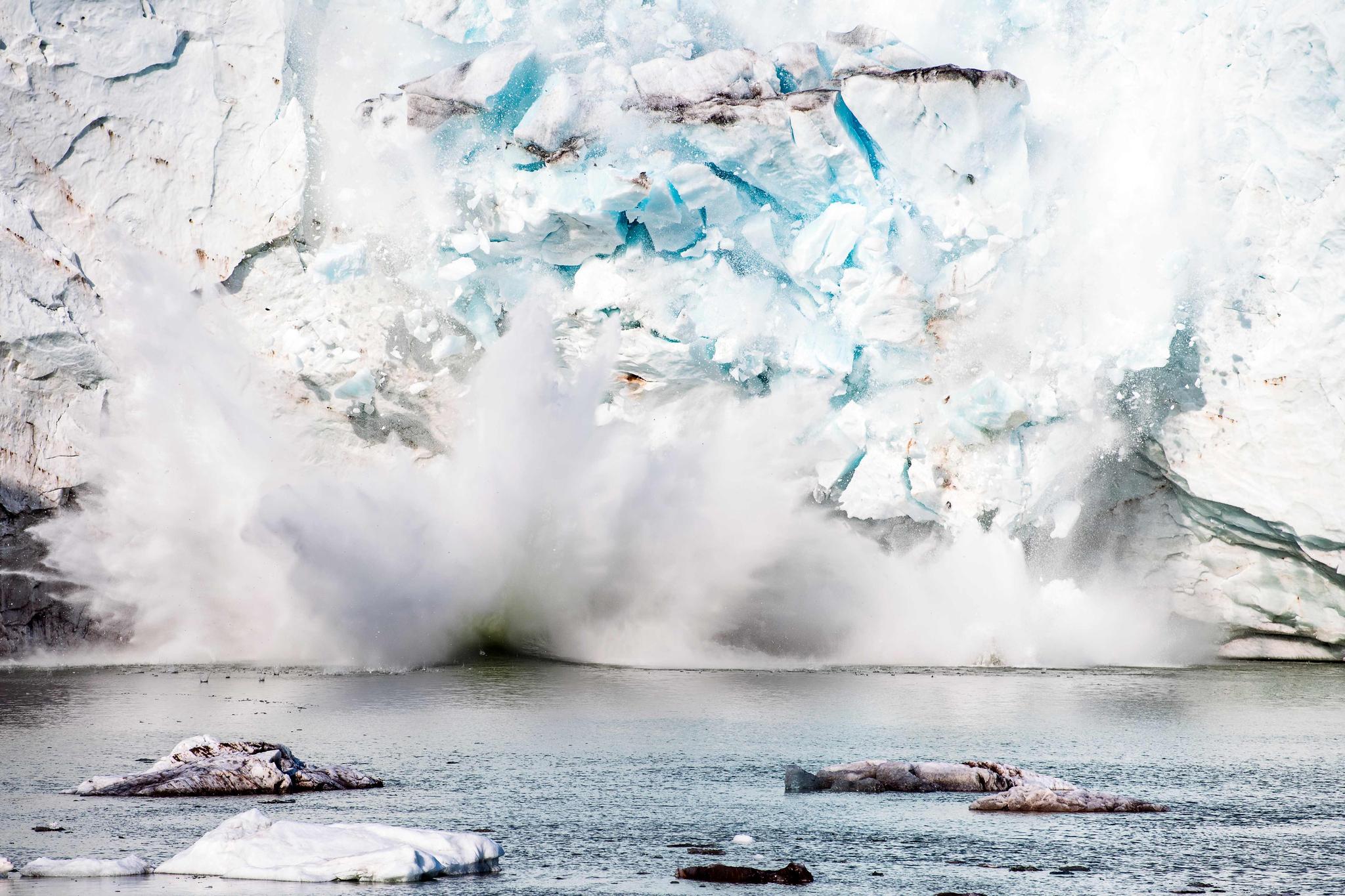 그린란드 남동부 지역에 있는 빙하 일부가 무너져 내리는 모습. AFP=연합뉴스
