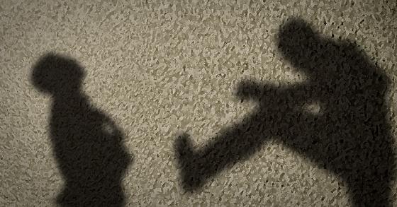 상습 폭행 혐의로 기소된 70대 남성에게 징역 1년 6개월이 선고됐다. [중앙포토]