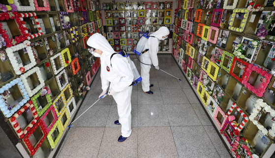 22일 오전 경기도 수원시 연화장 추모의집에서 수원도시공사 직원들이 코로나19 방역을 하고 있다. 뉴스1