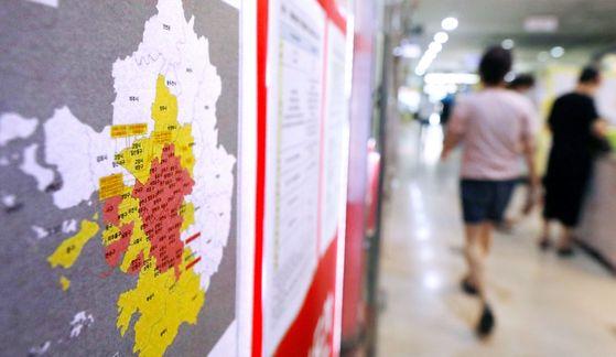 서울 송파구 부동산 밀집 지역에 조정대상지역 및 투기과열지구 지정 현황도가 붙어있다. 뉴시스.
