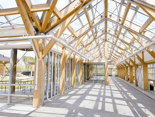 채우림은 30년 역사의 목조건축 전문 건설사다. 뛰어난 기술력을 바탕으로 서양식 목조건축물과 전통한옥을 모두 짓는다. 채우림이 지은 국립세종수목원 상설전시관.