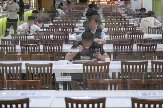추석을 열흘 앞둔 21일 오후 경기도 안성시 안성휴게소(하행)에서 이용객들이 사회적 거리두기를 유지한 채 식사를 하고 있다. 뉴스1