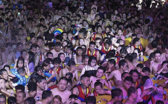지난 8월 15일 중국 우한의 마야 비치 워터파크에 몰린 수천 명이 다닥다닥 붙어 물놀이를 즐기고 있다. [EPA=연합뉴스]