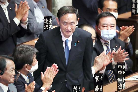 지난 9월 16일 일본 국회에서 제99대 총리로 선출된 스가 요시히데가 인사하고 있다. 겉으로는 우직하고 온화해 보이지만 오랫동안 야심을 키워온 의지의 인물이다. AP=연합뉴스