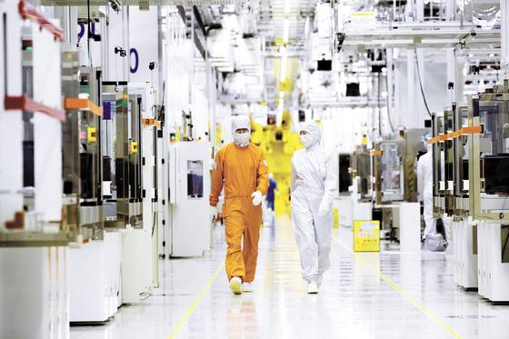 삼성전자는 '미래성장사업'으로 AI, 5G, 전장용 반도체 등을 지정하고 글로벌 AI 연구센터를 설립, 차세대 인공지능 프로젝트 추진, 시스템 반도체 분야 투자 등에 주력하고 있다. 사진은 화성사업장 라인 내 엔지니어 모습. [사진 삼성전자]