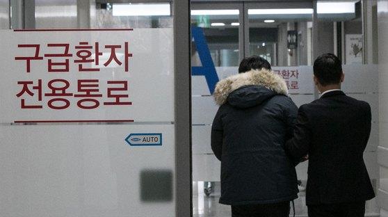 서울 시내의 한 대학병원에서 관계자가 환자를 안내하는 모습. [뉴스1]  연일 이어지는 강추위로 한랭환자가 급증하고 있다. 뉴스1