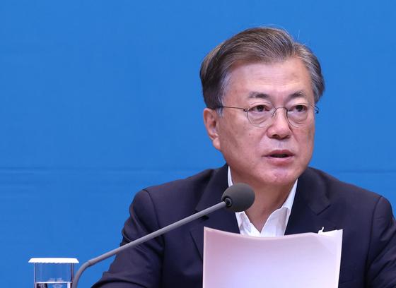 문재인 대통령이 22일 오전 청와대 여민관에서 열린 영상 국무회의에서 발언하고 있다. 연합뉴스