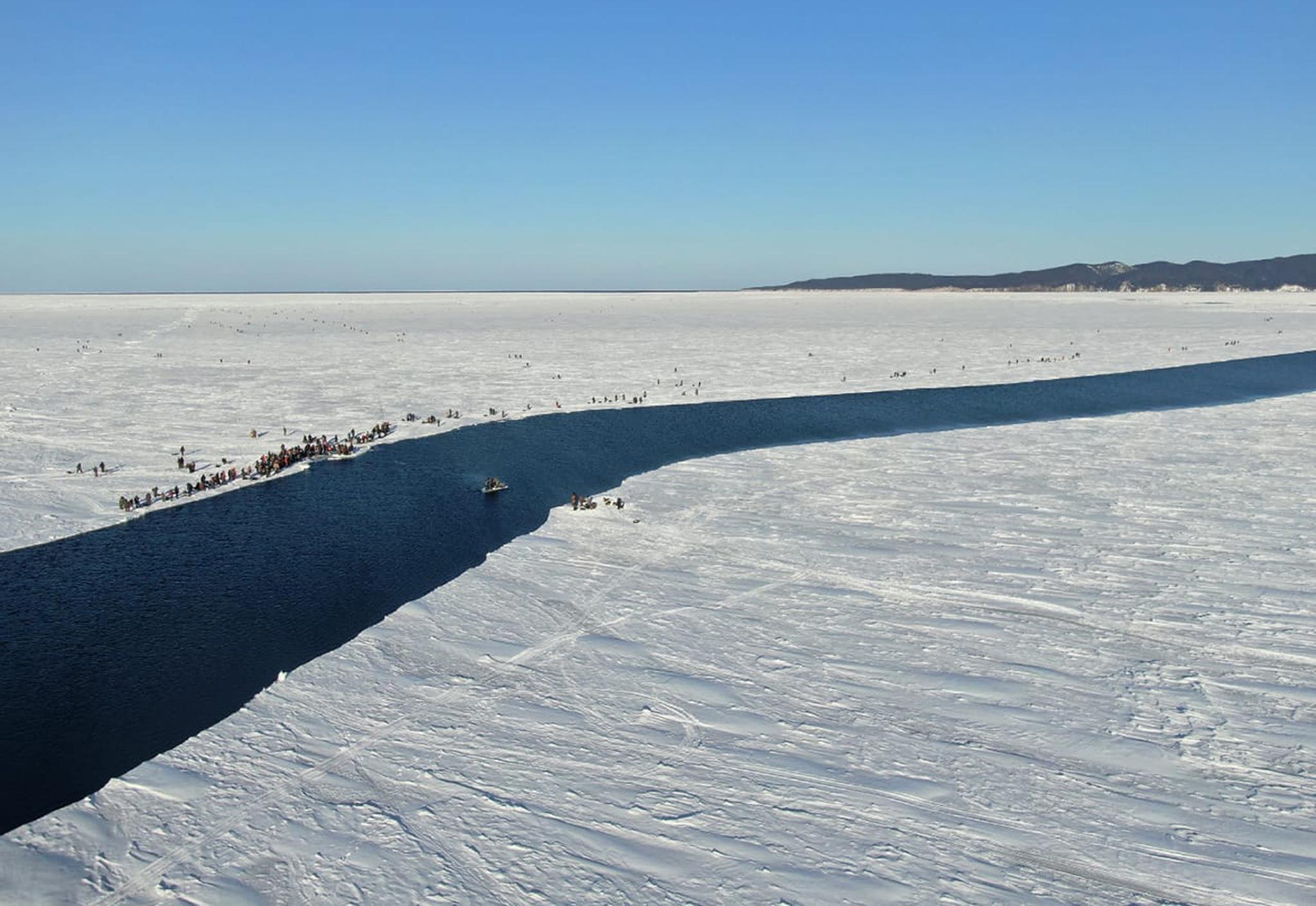 올 1월 러시아의 시베리아 동부 사할린 섬에서 거대한 얼음 땅 사이로 물이 흐르는 모습. AP=연합뉴스