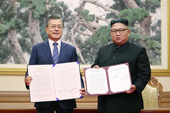 2020년 9월 19일 문재인 대통령과 김정은 국무위원장이 평양 백화원 영빈관에서 평양공동선언문에 서명한 뒤, 합의서를 들어 보이고 기념촬영을 하는 모습. [연합뉴스]
