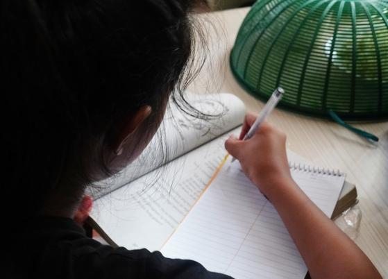 필리핀에서 13세 소녀가 스마트폰을 얻으려다가 성추행 피해를 입는 일이 발생했다. 필리핀의 가난한 가정에서 원격 수업에 필요한 스마트폰이나 컴퓨터를 구하지 못해 비극이 일어나고 있다고 지지통신이 22일 보도했다. [트위터]