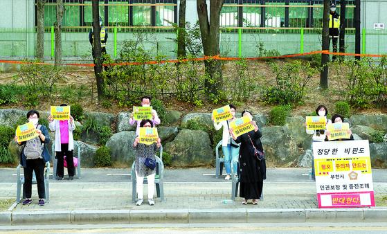 지난 21일 오전 경기도 부천시 중동 부천시청 앞에서 한 시민단체 회원들이 2m 간격의 사회적 거리두기를 유지하며 집회를 하고 있다. [연합뉴스]