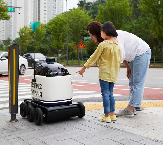 규제샌드박스 통과한 배민 로봇 음식 배달한다…세계 최초 무선충전 버스도
