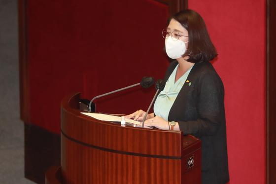 용혜인 기본소득당 의원이 22일 오후 서울 여의도 국회에서 열린 제382회 국회(정기회) 제8차 본회의에서 4차 추가경정예산안에 대한 반대토론을 하고 있다. [뉴스1]