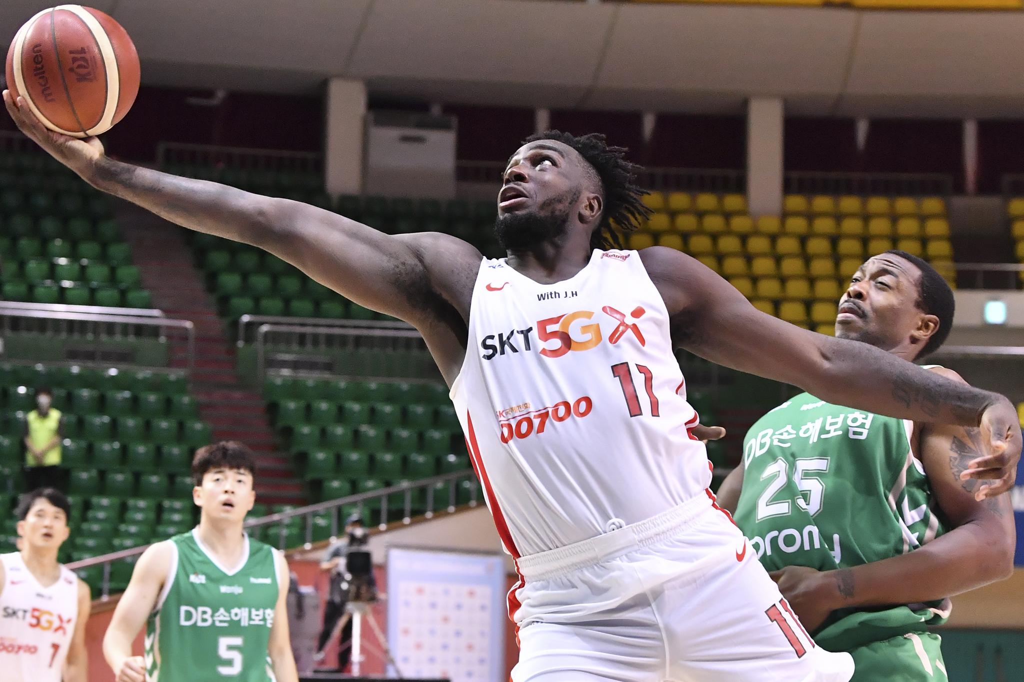 프로농구 서울 SK 워니가 23일 DB전에서 30점을 몰아치며 승리를 이끌었다. [사진 KBL]