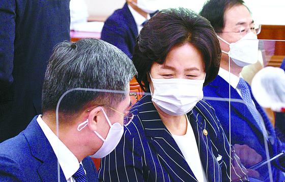 추미애 법무부 장관이 지난 21일 국회에 출석해 서욱 국방부 장관과 대화하고 있다. [연합뉴스]