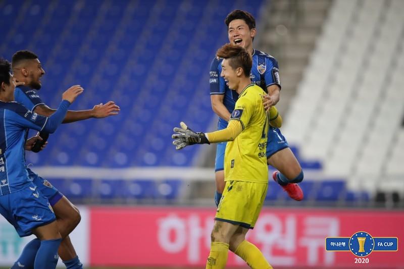 승부차기 끝에 FA컵 결승행을 이끈 조현우(가운데)가 동료들과 기뻐하고 있다. [사진 대한축구협회]