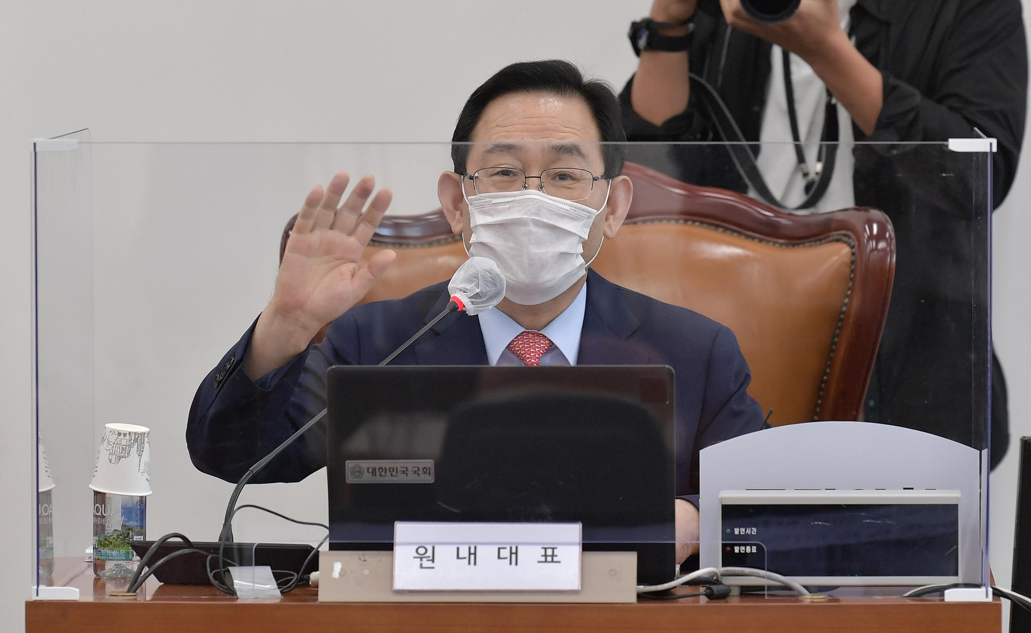국민의힘 주호영 원내대표가 22일 국회에서 열린 화상 의원총회에서 동료 의원들과 손인사를 하고 있다. 연합뉴스