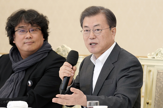 문재인 대통령(오른쪽)과 봉준호 감독. 뉴스1