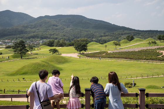경주가 아니다. 경북 의성군 조문국 사적지다. 금성산 일대에 삼한 시대 부족국가인 '조문국'의 고분 374기가 모여 있다. 대형 고분과 고대 유물을 볼 수 있는 조문국 사적지는 가족끼리 안전하게 비대면 여행을 즐기기 좋은 장소다.