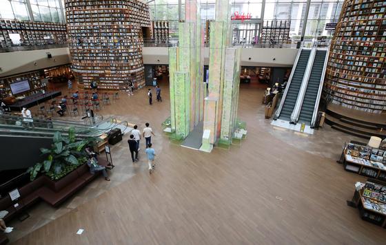 사회적 거리두기 2.5단계가 시행되던 8월 31일 평소 인파로 붐비던 서울 강남구 스타필드 별마당도서관이 한산한 모습을 보이고 있다. 연합뉴스