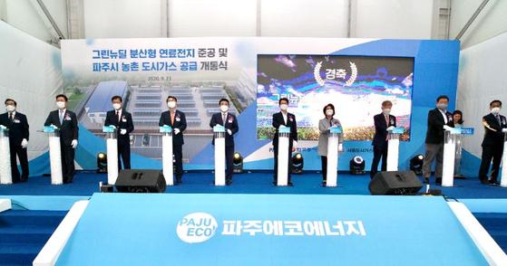 박일준 한국동서발전 사장(왼쪽에서 4번째), 박정 국회의원(왼쪽에서 5번째), 최종환 파주시장(왼쪽에서 6번째)과 주요 참석자들이 파주 연료전지 발전소 준공식에서 기념 촬영을 하고 있다.