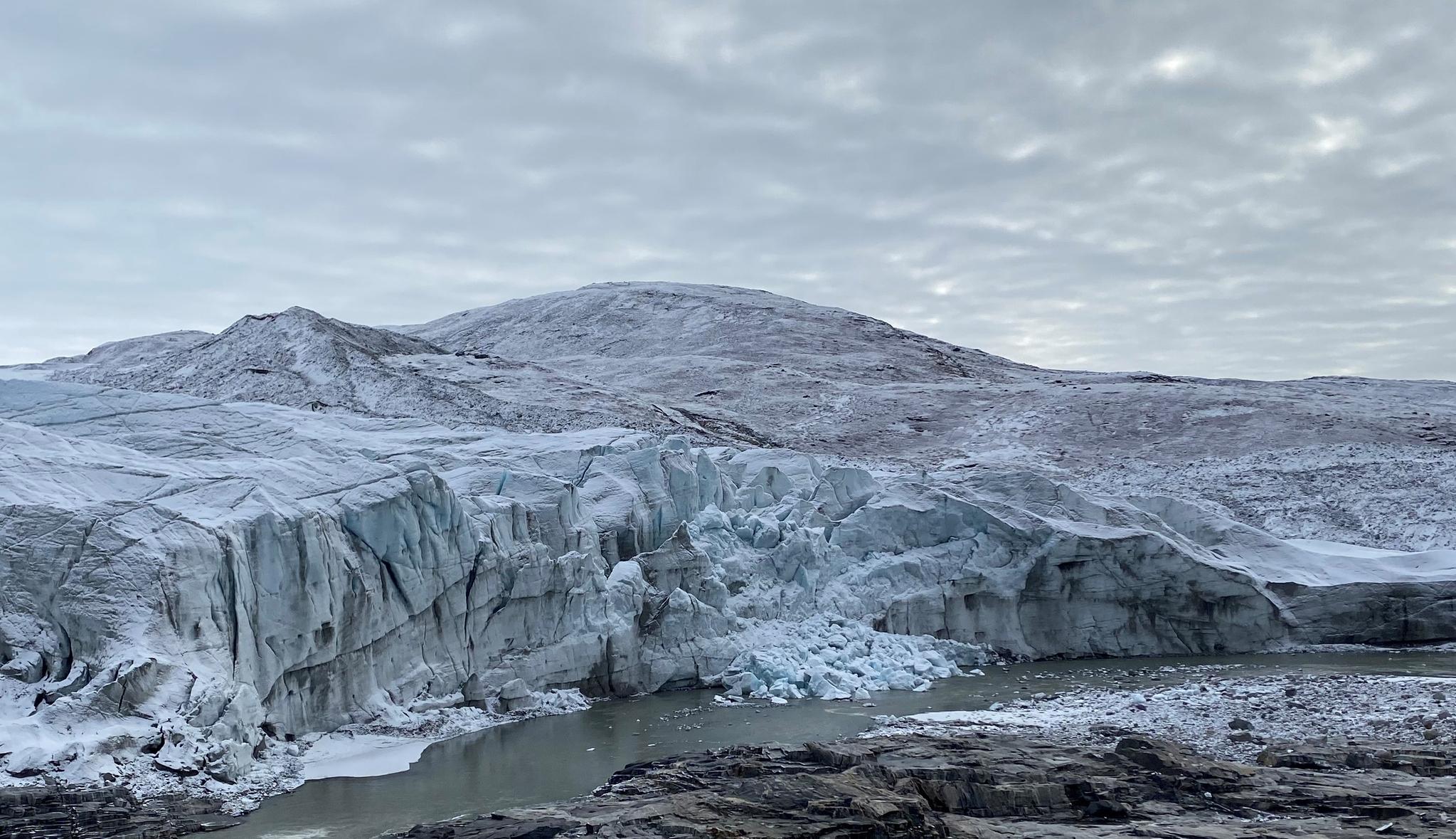 그린란드 중서부에 있는 러셀 빙하의 모습. 가운데에 얼음이 무너져내린 흔적이 있다. 앞에는 빙하가 녹아 만들어진 물줄기가 흐르고 있다. 김인숙