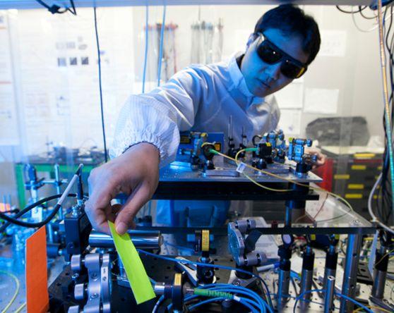 경기도 성남시 분당에 위치한 IDQ 한국 지사 연구원들이 양자암호통신을 연구하고 있다. 양자 암호통신 세계 1위의 기술력을 지닌 IDQ는 SK텔레콤의 자회사다. [중앙포토]