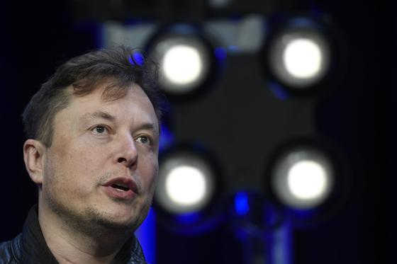 관심이 집중됐던 테슬라의 '2020 배터리 데이' 행사에서 테슬라가 기존 배터리보다 56% 원가를 줄인 배터리를 내놓겠다고 선언했다. 기존 경쟁자들과의 가격 경쟁에서 한 발 앞서나간다는 포석이다. 기대가 높았던 획기적인 배터리 기술을 선보이지는 않아 주가는 크게 떨어졌다. 테슬라 CEO 일론 머스크가 지난 3월 미국 시애틀에서 열린 컨퍼런스에 참석해 발언하고 있다. AP=연합뉴스