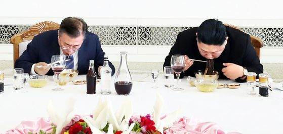 문재인 대통령이 2018년 9월19일 평양 옥류관에서 김정은 북한 국무위원장과 오찬을 하고 있다. [평양사진공동취재단]