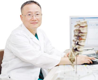 척추·관절질환 분야에서 체계적 치료시스템을 구축하고 있는 윤석환 원장.