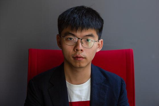"""홍콩 민주화 운동 상징 조슈아 웡 체포 … 불법집회?복면금지법 위반"""""""