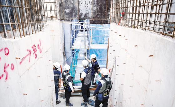 안전보건공단은 조직과 사업추진 방식을 전면 수정해 산재예방사업을 추진한다. 패트롤 점검반이 현장관계자와 불시점검을 하고 있다. [사진 안전보건공단]