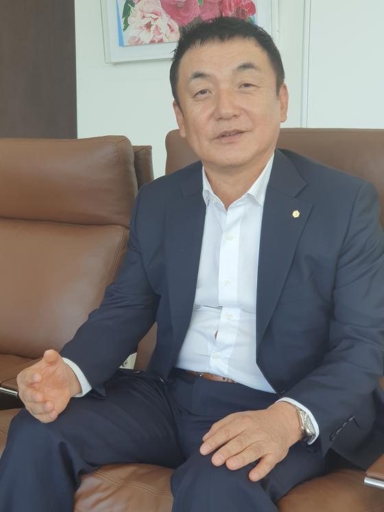 권오수 도이치모터스 회장이 24일 서울 성동구 도이치모터스 본사에서 진행된 인터뷰에서 답변하고 있다. 강광우 기자
