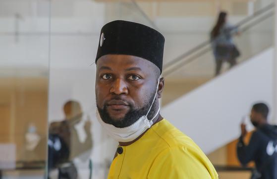 콩고에서 태어난 음와줄루 디야반자(42·Mwazulu Diyabanza)는 지난 6월 12일 파리에 위치한 케 브랑리 박물관에서 아프리카 전시물을 들고 나가려다 절도 혐의로 재판에 넘겨졌다. [연합뉴스]