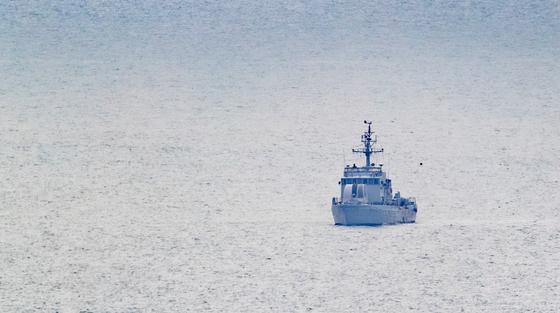 지난 21일 서해북방한계선(NLL)에서 가까운 소연평도 인근 해상에서 40대 공무원 한명이 실종됐다. 이 실종자는 북한군의 총격을 받고 사망했고 이후 시신이 화장된 것으로 전해졌다. 사진은 지난 7월 1일 대연평도 앞바다에서 해군 고속정이 항행하는 모습. [연합뉴스]