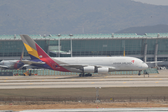 지난 4월29일 인천국제공항에 아시아나항공 A380 항공기가 멈춰서 있다. 연합뉴스
