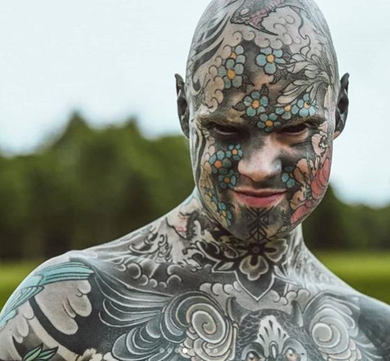 눈 흰자까지 검게 새긴 온몸 문신男…그는 초등학교 선생님