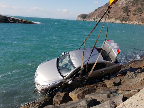 지난 2018년 12월 31일 오후 전남 여수 금오도 한 선착장 앞바다에 빠진 승용차 인양 모습. 차에 홀로 타고 있던 40대 여성이 숨졌다. 해경은 당시 보험설계사 남편이 보험금을 목적으로 재혼한 부인을 살해하려고 사고를 가장해 자가용을 바다에 빠트린 것으로 결론내렸다. 사진 여수해양경찰서