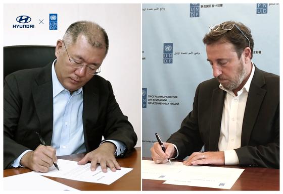 정의선 수석부회장(왼쪽)과 아킴 스타이너 사무총장이 업무협약에 서명하고 있다.