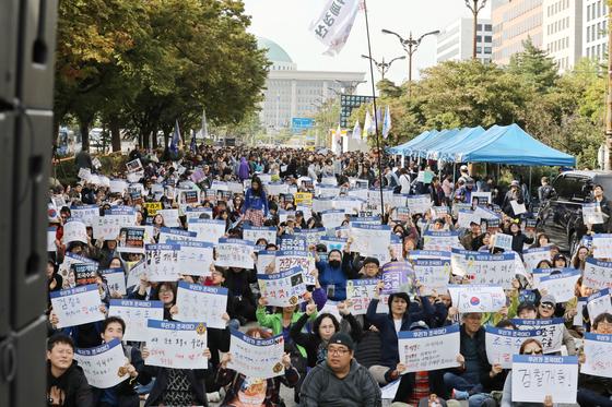 지난해 10월9일 오후 서울 국회의사당역 3번 출구 일대에서 야당 규탄ㆍ조국수호를 위한 '우리가 조국이다' 시민참여문화제가 열린 가운데 참여 시민들이 피켓들고 자리하고 있다. 뉴시스