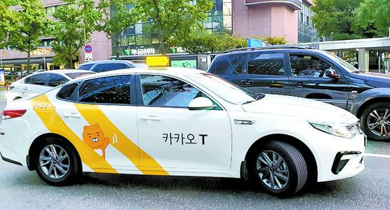 시내를 주행 중인 카카오T블루 택시. 박민제 기자