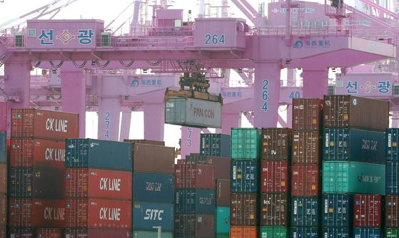 국제 신용평가사인 스탠더드앤드푸어스(S&P)가 24일 한국의 올해 경제성장률 전망치를 –1.5%에서 –0.9%로 0.6%포인트 상향 조정했다. 사진은 21일 인천신항 컨테이너 터미널. 뉴스1