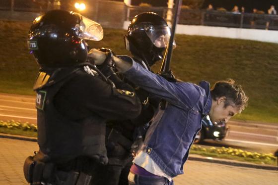 루카셴코 날치기 취임에 수천명 거리 시위…경찰, 물대포 진압